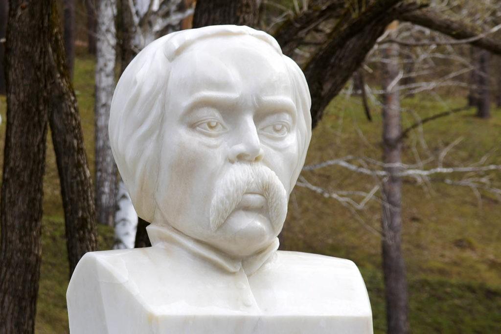 Памятник Степану Гуляеву у санатория
